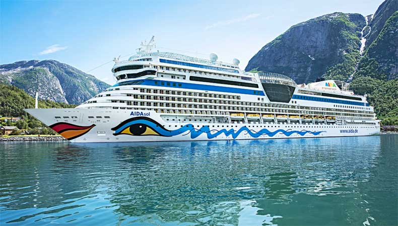 De Aidasol, hier in tijdens een cruise naar de Noorse fjorden, maakt in 2021 een wereldcruise. © Aida Cruises.