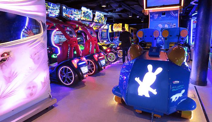 Gamen in de Arcade op de Norwegian Encore © Nico van Dijk / Decruisegids.nl
