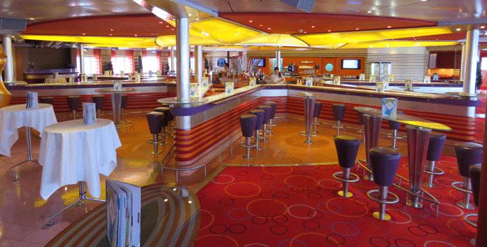Dankzij de stervorm van de bar kun je tijdens een cruise met de Aidadiva makkelijk contact maken met andere passagiers © Nico van Dijk