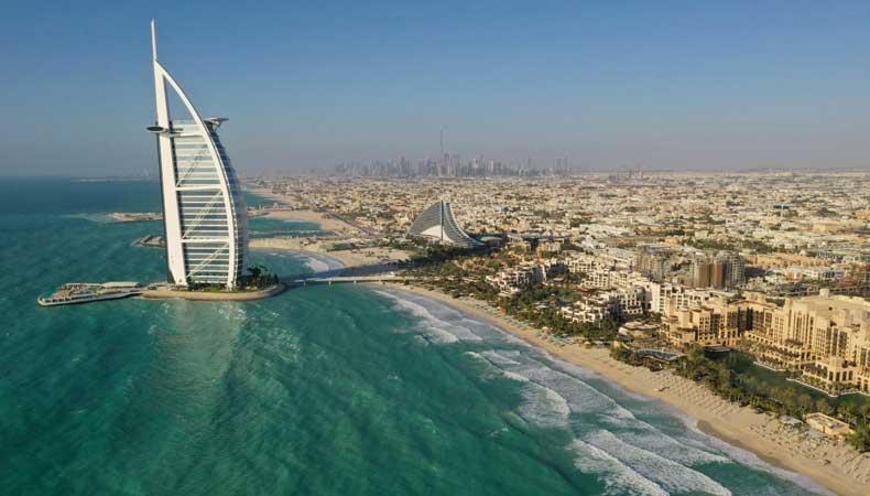 Tijdens een cruise naar Dubai kun je niet om de markante architectuur van de stad heen, zoals het 7*hotel Burj al Arab © Dubai Tourism