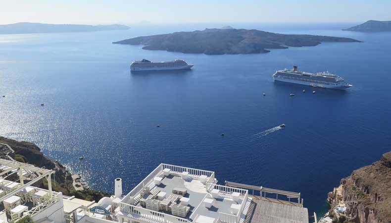 Cruiseschepen bij het Griekse eiland Santorini: links van MSC Cruises en rechts van Costa Cruises. © Tsefan Chang via Pixabay