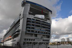 De Caribbean Princess in de cruiseterminal van Rotterdam © DecruiseGids.nl/Madeleine van de Wouw