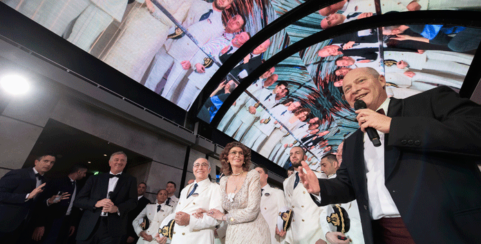 Sophia Loren met de kapitein en de officieren van de MSC Bellissima onder de tachtig meter lange led-koepel © MSC Cruises