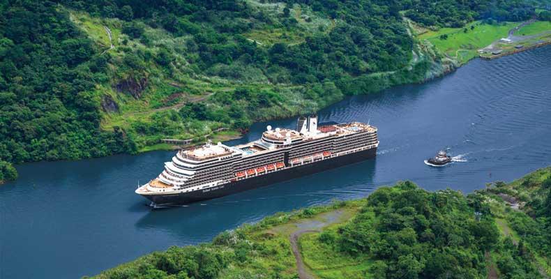 Ga in 2022-2023 cruisen door het Panamakanaal met Holland America Line. Hier de Nieuw Amsterdam in Gatun Lake dat onderdeel is van het Panamakanaal. © Holland America Line