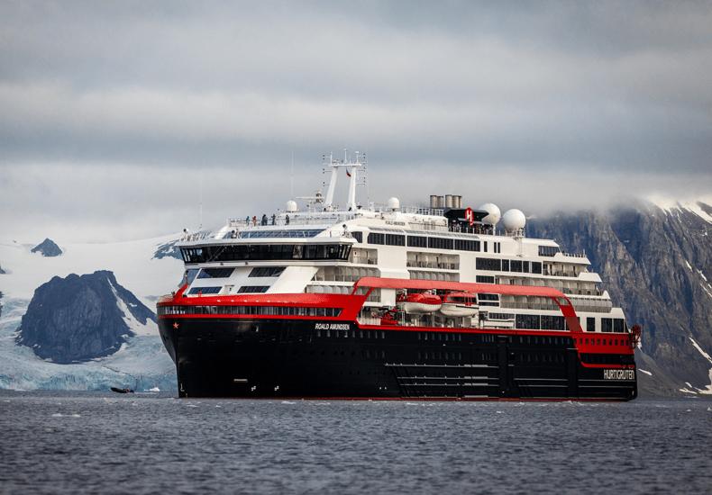 Het Hurtigruten expeditieschip Roald Amundsen bij Spitsbergen. © Oscar Farrera/Hurtigruten