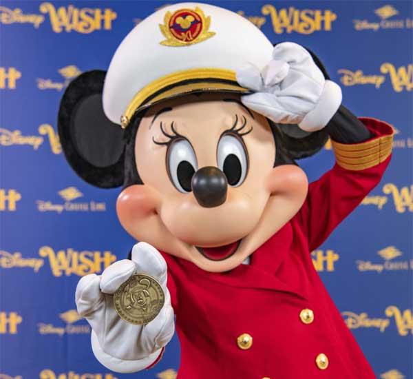 Tijdens de kiellegging van de Disney Wish werd een gouden munt met de afbeelding van Minnie Mouse aan de kiel bevestigd. © Robert Fiebak / Disney Cruise Line