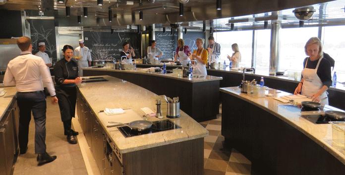 De Culinary Arts Kitchen betekent 'hands on cooking' voor alle deelnemers © Nico van Dijk/Decruisegids.nl