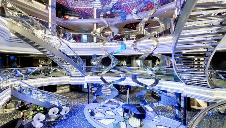 Het befaamde atrium van de MSC Grandiosa. Door de Swarovski-kristallen in de treden kost 1 traptrede 2000 euro. Er zijn per trap 21 treden. © MSC Cruises