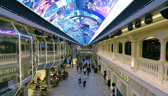 De befaamde Galleria Grandiosa met het bijna honderd meter lange LED-lichtkoepelplafond © Nico van Dijk