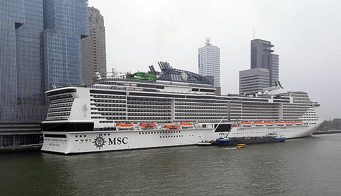 De MSC Grandiosa aan de Wilhelminakade in Rotterdam © Nico van Dijk