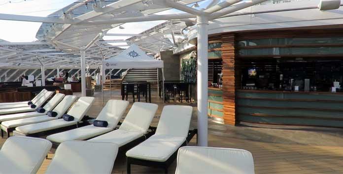 Zonnedek met bar in de Yacht Club op de MSC Meraviglia © Nico van Dijk