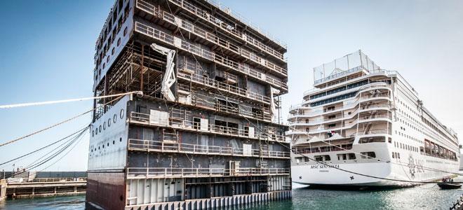 De 'oude' MSC Sinfonia met daarachter het nieuwe middensegment © MSC Cruises