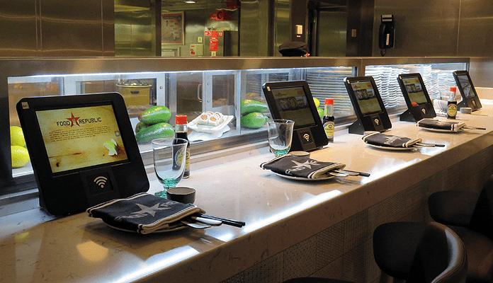 Je eten bestellen via een iPad in het Asian fusion restaurant Food Republic op de Norwegian Encore © Nico van Dijk / DecruiseGids.nl