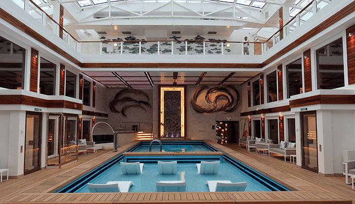 Het zwembad van The Haven op de Norwegian Encore heeft een beweegbaar dak © Nico van Dijk