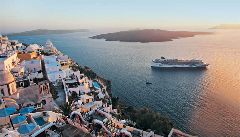 Norwegian Cruise Line heeft in 2021 en 2022 veel cruises naar Santorini gepland, onder meer met de Norwegian Jade © Norwegian Cruise Line