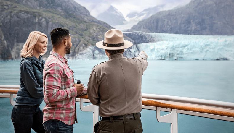 Cruiseschepen krijgen in Alaska in Glacier Bay verplicht een park ranger aan boord. Die let er op dat er geen afval over boord waait, maar geeft ook informatie. Ook komen er soms vertegenwoordigers van de lokale Inuit-stammen aan boord. © Princess Cruises