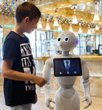 Crew van 5 Pepper robots monstert aan op de Costa Diadema