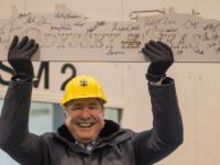 Bestuursvoorzitter Richard Fain houdt vol trots het eerste staal van de Odyssey of the Seas omhoog ©  Royal Caribbean International