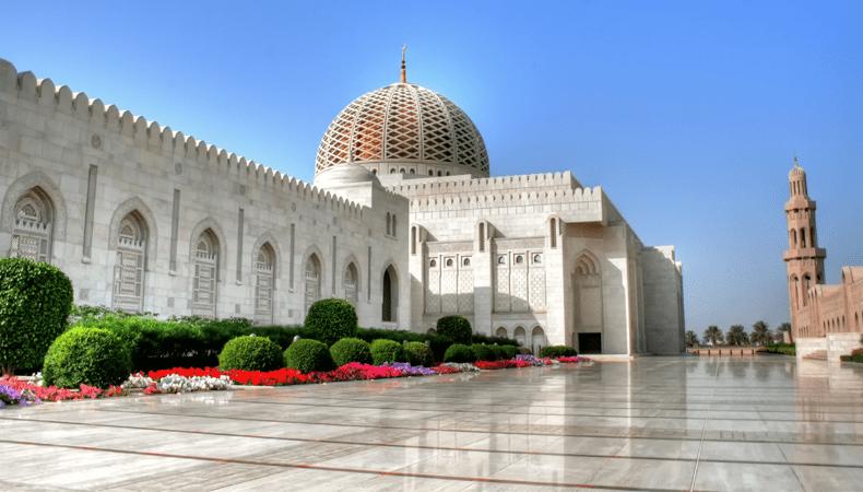 Tijdens een cruise naar Oman mag je een bezoek aan de Sultan Qaboos-moskee in Muscat niet overslaan. © Ministerie van Toerisme Oman / Aviareps