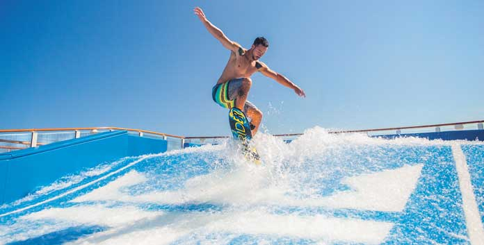 Golfsurfen op de flowrider aan boord van de Symphony of the Seas © Royal Caribbean International.
