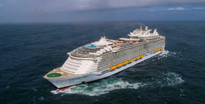 De Symphony of the Seas verlaat de haven van Saint-Nazaire op weg naar Barcelona. ©Royal Caribbean International