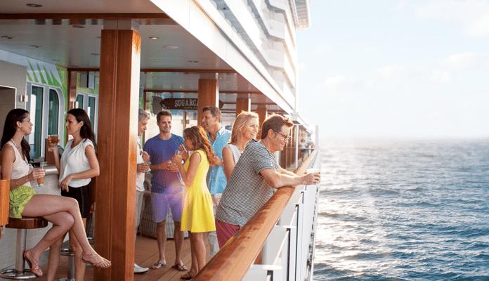 Op cruise met Norwegian Cruise Line, de uitvinders van het vrije stijl cruisen. Lekker borrelen bij een van de bars langs The Waterfront op the Norwegian Getaway © Norwegian Cruise Line