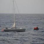 Cruiseschip redt bemanning zinkend zeilschip midden op oceaan